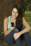 послание девушки мобильного телефона Стоковые Фотографии RF