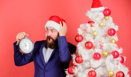 Последние дела минуты Считать время до рождества Насколько времени вышло Держите след времени отпразднуйте время к Человек борода стоковые фото