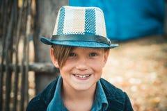 Последние дни теплой погоды необходимо увидеть с улыбкой на его стороне Ребенк на празднике осени в ферме Мальчик стоковые фото