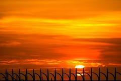 последний свет захода солнца на fench неба и металла силуэта тюрьмы стоковые фото