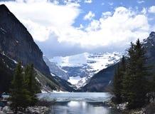 Последняя весна на слякотном Lake Louise, Альберта стоковая фотография