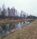 Последняя осень в России ноябрь на канале воды стоковые изображения rf