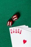 Последовательность карточки покера королевского притока близко dices Стоковая Фотография
