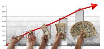 Последовательность руки ` s человека держа группу в составе 10 долларовых банкнот, с больше счетов в каждом шаге, с диаграммой в  стоковое изображение