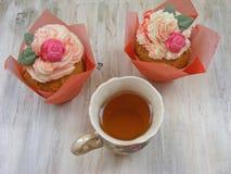 Послеполуденный чай с пирожными роз в винтажном чашка на wiev затрапезной таблицы плоском стоковая фотография rf