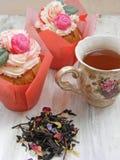 Послеполуденный чай с пирожными цветков и brew на затрапезных цветах таблицы весны стоковое фото rf