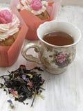 Послеполуденный чай с пирожными цветков и brew на затрапезных пастельных цветах таблицы стоковое фото rf