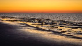 После захода солнца небо поворачивает красный на Schiermonnikoog Нидерландах Стоковое Фото