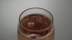 После лить carbonated уменшений пены напитка Пузыри появляются и взрыв видеоматериал
