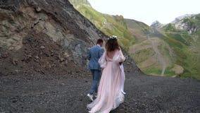 После новобрачных хипстера которые свадьба selebrate в горах акции видеоматериалы