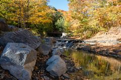 После полудня осени потоком горы в парке штата залива точила стоковая фотография rf