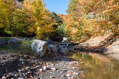 После полудня осени потоком горы на плато холма гужа стоковая фотография