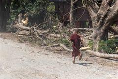 Послушник понедельника бежать на виске тонны Roi Sao Wat Стоковые Фото
