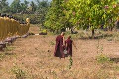Послушник понедельника бежать на виске тонны Roi Sao Wat Стоковое Фото