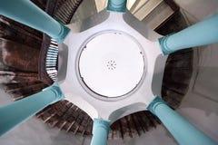Посмотрите вверх в интерьере ротонды многоквартирного дома Стоковые Фотографии RF