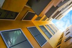 Посмотрите вверх кондоминиум взгляда желтый Стоковые Изображения RF