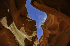Посмотрите вверх через каньон антилопы в небо Стоковое фото RF