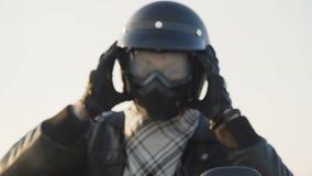 Посмотрите велосипедиста на motocycle раздевает шлем 4K сток-видео
