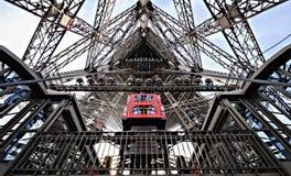 Посмотрите внутреннюю сильную Эйфелева башню Стоковая Фотография