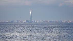 Посмотрите в центре Lakhta через Gulf of Finland во дне лета солнечном видеоматериал