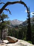 посмотрите горы над утесистым Стоковые Фотографии RF
