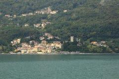 Посмотрите замок Rezzonico в San Siro, панораме городка, прогулке банка в озере Como стоковые фотографии rf