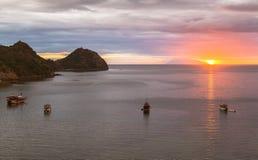 Посмотрите заход солнца от бара рая, Labuan Bajo, Индонезии стоковые фотографии rf