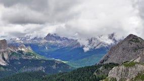"""Посмотрите известное пиковое """" Misurina """" Tre Cime di Lavaredo"""" и """" озера, стоковая фотография"""