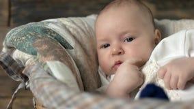 Посмотрите малого ребенка сток-видео