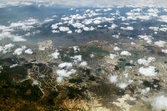 Посмотрите облака и землю от высоты 10 тысяч f Стоковое Изображение