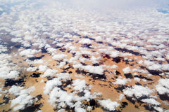Посмотрите облака и землю от высоты 10 тысяч f Стоковые Изображения RF
