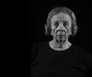 посмотрите старую серьезную кормовую женщину стоковое фото rf