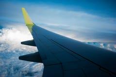 Посмотрите через крыло самолета к облакам стоковое изображение rf