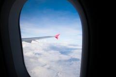 Посмотрите через плоское окно и белое небо облака и голубых Стоковое фото RF