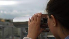 Посмотрите через телескоп на пасмурном городе движение медленное HD, 1920x1080 сток-видео