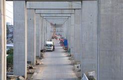 Посмотрите через штендеры цемента с международной конструкцией стоковые изображения rf