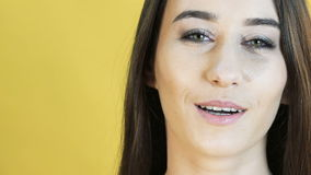 Посмотрите эмоции умиротворения выставок девушки медленно видеоматериал