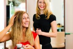 посоветуйте получать женщину парикмахера стоковое изображение