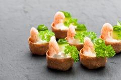Посоленное печенье croustades кудрявое заполненное с плавленым сыром и p Стоковые Фотографии RF