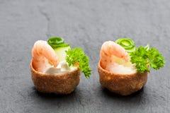 Посоленное печенье croustades кудрявое заполненное с плавленым сыром и p Стоковые Фото