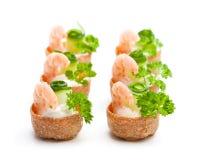 Посоленное печенье croustades кудрявое заполненное с плавленым сыром и p Стоковые Изображения