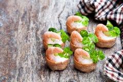 Посоленное печенье croustades кудрявое заполненное с плавленым сыром и p Стоковая Фотография