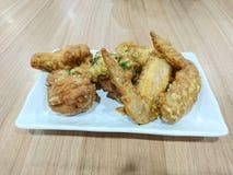 Посоленные крыла и drumsticks цыпленка яичка Стоковое фото RF