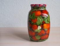 Посоленные томаты в стеклянном опарнике домашняя консервация стоковые фотографии rf