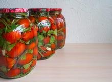Посоленные томаты в стеклянном опарнике домашняя консервация стоковое изображение rf