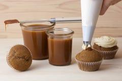 Посоленная карамелька в опарниках и пирожных Стоковое фото RF