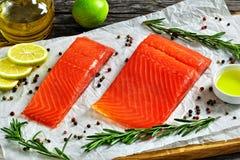 Посоленное salmon филе рыб с свежим розмариновым маслом Стоковая Фотография RF