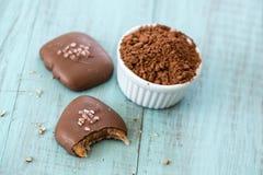 Посоленные конфеты карамельки с бурым порохом Стоковое Фото