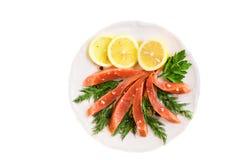 Посоленные salmon куски филе с лимоном и травами на плите Стоковые Изображения
