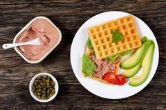 Посоленный сандвич waffles с авокадоом, pate Стоковые Изображения